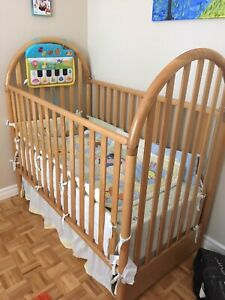 Beautiful Crib with Full Bedding - Winnie the Pooh