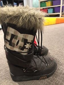 DC women's winter snow boots - worn maybe once - size 8