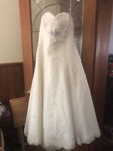 Stunning size 16 ivory wedding dress with veil