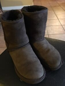 UGGS, ,Chocolate Brown,ladies 5 .If interested contact me