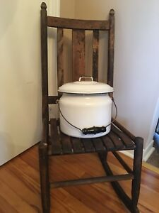 Chaudron ou pot antique émaillé