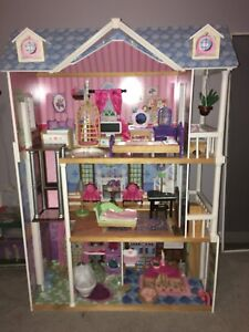 Dollhouse, mint condition, perfect Christmas gift.