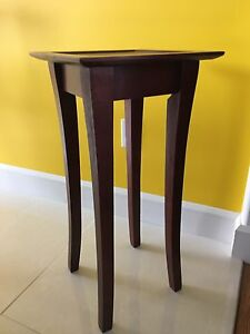 "Table d'appoint 13""x 13"" par 27"" de haut de couleur rouge noyer"