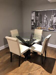 Table en verre et 4 chaises en cuir