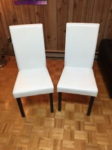 2 Chaises blanches en excellentes conditions