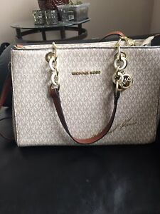 Authentic MK purse in very good condition