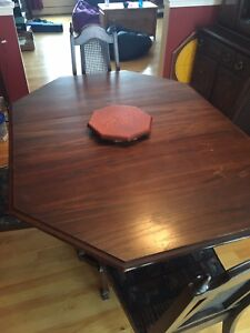Table, 4 chairs, hutch