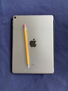 iPad Pro 128 gb USED great condition with Apple Accessories
