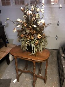 BROWN SIDE TABLE + FLOWER- GREAT CONDITION - DELIVERY AVAILABLE