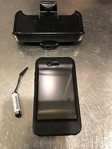 IPhone 4 - 32GB & free Motorola Bluetooth & Otter Defender Case