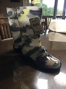 New with Tags- ladies rubber boots size 7