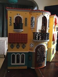 Foldable doll house