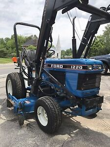 1220 Ford Tractor diesel 4x4 with loader and attachments