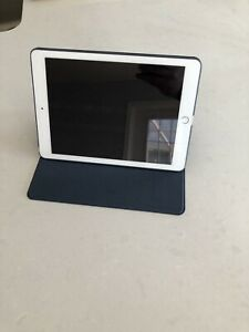 iPad 2017 Model 128GB, Silver, Like New, New Charger