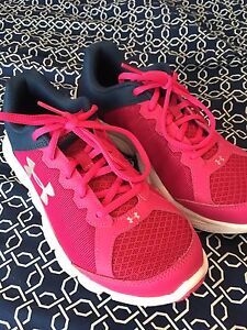 Women's size 5 under armour sneakers