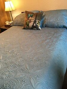 Double bedspread and two pillow shams