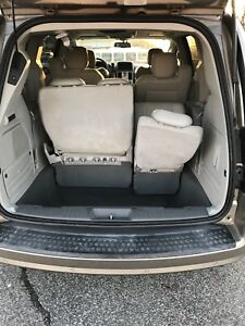 2009 Chrysler town and country 3rd row sto and go