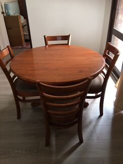 Expendable table with 6 chairs