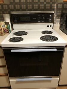 Stove/oven with overhead exhaust fan