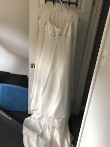Beautiful chiffon medium sized wedding dress