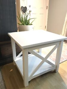 Modern Accent Table / Table d'appoint contemporaine