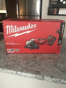"Grinder MILWAUKEE M18 4-1/2"" flambant neuf !"
