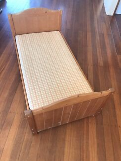 Kids bed with mattress (70x135cm)