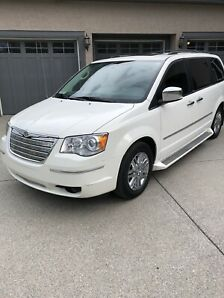 2009 Chrysler Town and Country Loaded in Amazing Condition