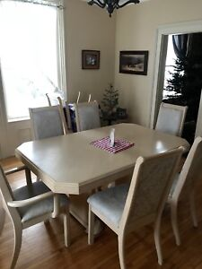 Dining room set, table with leaf 8 chairs and hutch