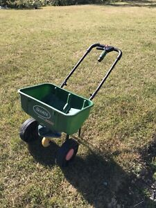 Scott's 3000 Lawn seed and fertilizer spreader