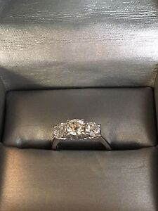 Beautiful 18k white gold diamond ring