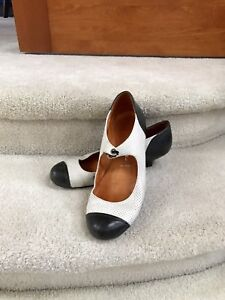 Campbell size 8.5 women's white and black leather kitten heels