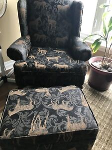 2 Chairs and ottomen