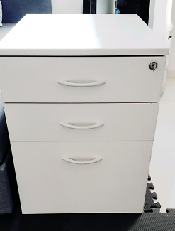 Good quality safe box with key and 3 drawers!
