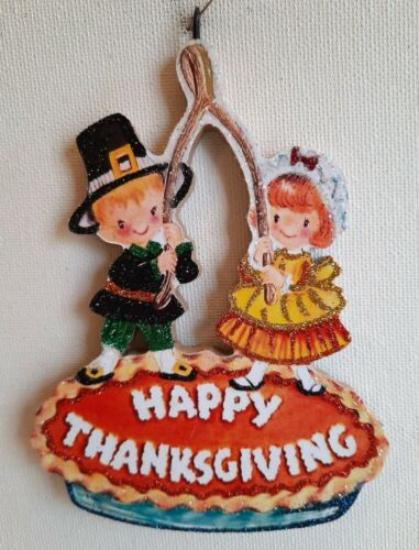 PILGRIM BOY & GIRL w WISH BONE, PUMPKIN PIE, HAPPY THANKSGIVING ORNAMENT * Vtg