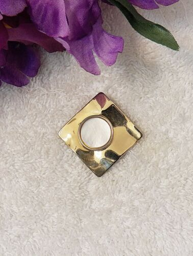 VINTAGE REPRO PIN BROOCH ARTISTIC SQUARE ON END DESIGN CIRCULAR WHITE STON VL-AH