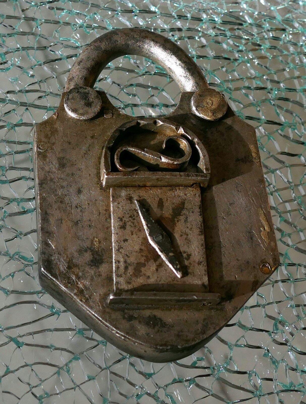 Vorhängeschloss Trickschloss Padlock ca 200 Jahre mit Schlüssel f. Kriegskasse