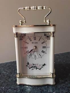 Huaba Quartz Clock White Plastic with Gold Trim