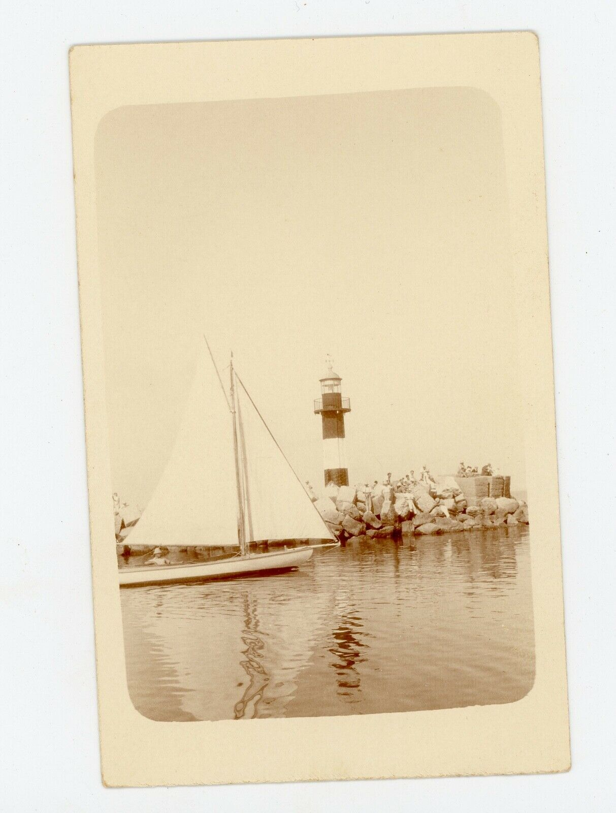 Photo  snapshot  - voilier barque bateau devant un phare
