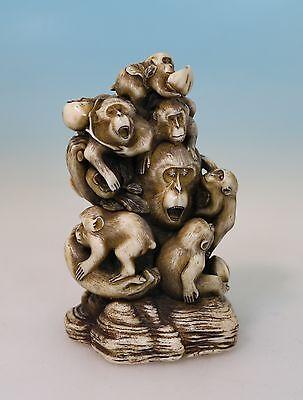 Elfenbein Imitat Skulptur 7 Affen auf Felsen, Signatur Plakette