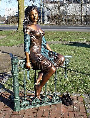 Bronzeskulptur, Frau auf Zaun sitzend, Dekoration für Garten *