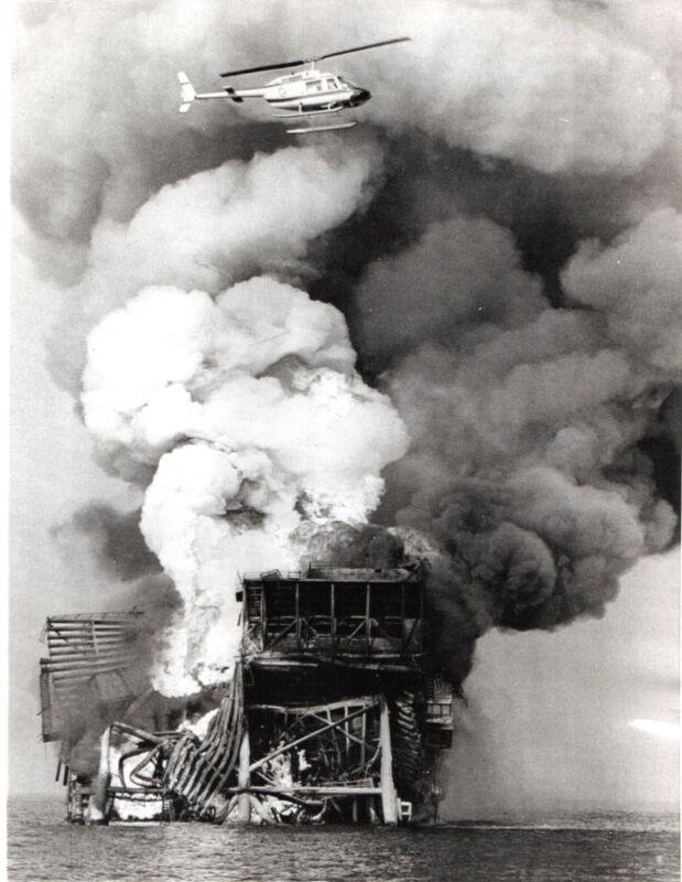 1970 Vintage Press Photo Helicopter burning Shell Oil Co. platform New Orleans