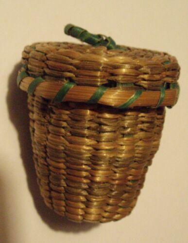 ANTIQUE HAND CRAFT MINIATURE STRAW THIMBLE BASKET & THIMBLE SEWING COLLECTIBLE