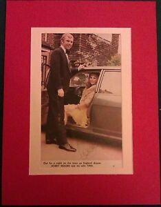 1966-ENGLAND-BOBBY-MOORE-GENUINE-AUTOGRAPHED-MAGAZINE-PICTURE-IN-LARGE-MOUNT