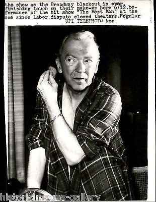 1960 UPI Wire photo putting makeup looking mirror actor Lee Tracy The Best
