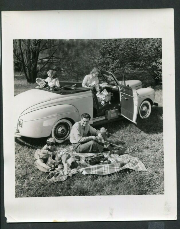 Vintage Press Photo Family w/ 1941 Ford Convertible Car 389008