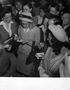 """WILLY RIZZO, MADELEINE SOLOGNE BRUXELLES 1947 - France - MADELEINE SOLOGNE 1947 PHOTO WILLY RIZZO Tirage original Dim : 22x17,5cm dont marge en bas de 3cm Bon état Galerie75 ne propose que des photos originales ou tirages dépoque """"Vintage"""" lEnvoi ne seffectue que par courrier recommandé avec emballa - France"""