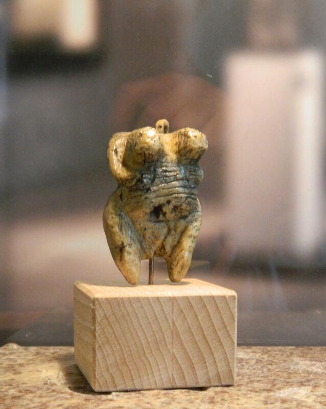 Steinzeit-Kunst: Venus vom Hohlefels / Venus von Schelklingen, ca. 35.000 Jahre