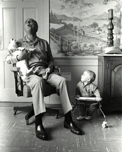 "PRESIDENT LYNDON B. JOHNSON SINGS WITH HIS DOG ""YUKI"" - 8X10 PHOTO (EE-079)"