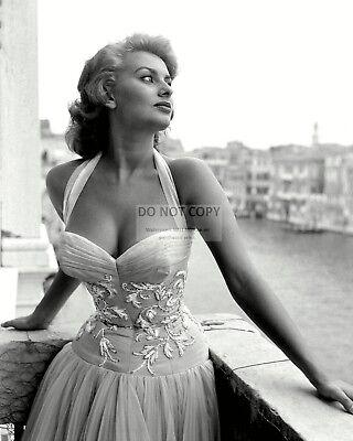 - SOPHIA LOREN LEGENDARY ACTRESS - 8X10 PUBLICITY PHOTO (OP-636)